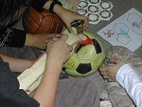 Bei einem Workshop befassen sich Kinder mit der Struktur eines Fußballes
