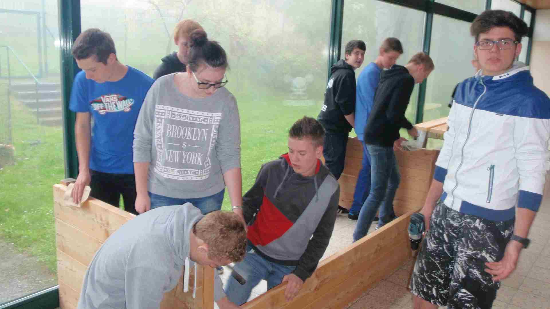 SchülerInnen des Poly Wiesmath beim Hochbeetbau